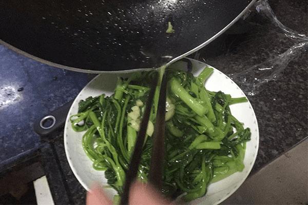 綠色蔬菜里面絕對不能少的炒空心菜,做法超簡單,2分鐘就能學會第七步