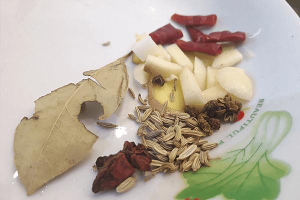 味道能秒杀干锅的红烧土豆片,厚切的土豆片对刀工没有任何要求第二步