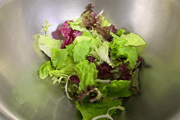 減脂期也不要虐待自己的胃,這份健康低卡又好吃的的蔬菜沙拉食譜你要好好保存第一步