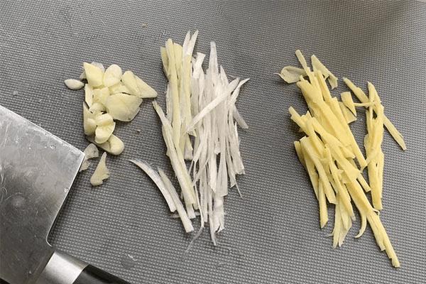 不挂面糊也能做好吃的东北锅包肉,糖醋比例把握好,你就掌握了美味的秘籍!第二步