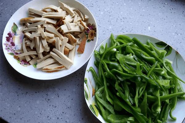 幾分鐘就能做出來的青椒炒素雞,比外賣好吃還健康第二步