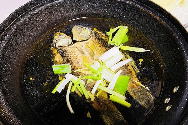 简单鲫鱼汤,营养很丰富第六步