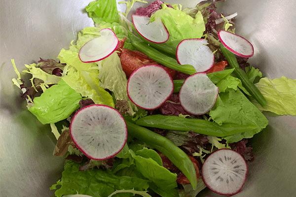 減脂期也不要虐待自己的胃,這份健康低卡又好吃的的蔬菜沙拉食譜你要好好保存第二步