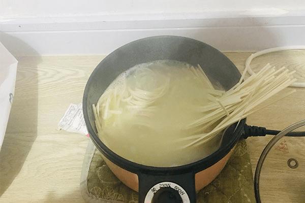 一个人不想做饭?试试青菜鸡蛋面,回家五分钟就能开饭!第六步