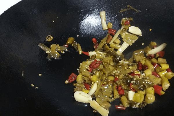 这样做的出来的酸菜鱼不仅能吃鱼还能喝汤,酸辣的味道泡饭才香!第四步