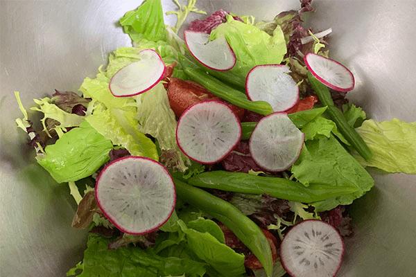 減脂期也不要虐待自己的胃,這份健康低卡又好吃的的蔬菜沙拉食譜你要好好保存第三步