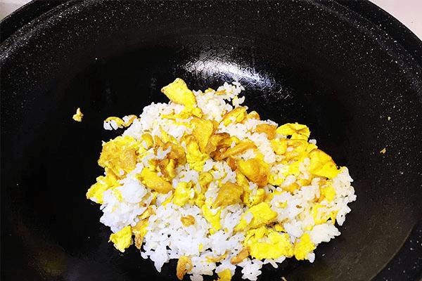 番茄炒蛋的终极下饭之法:番茄蛋炒饭,酸香开胃不浪费一粒米第八步