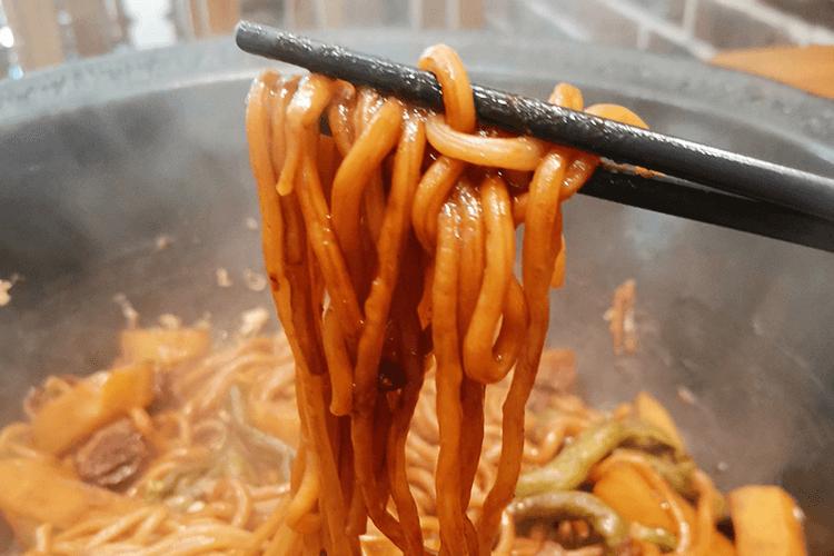 东北特色铁锅焖面,排骨豆角土豆一起焖,面条又香又Q弹