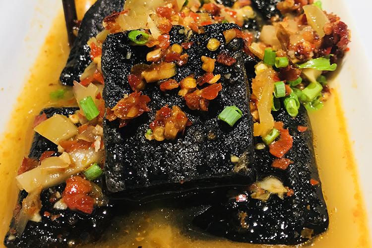 柳州这家湘菜馆的臭豆腐口味很正宗,一吃就停不下来