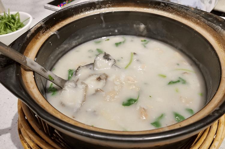 正宗的潮汕砂锅粥人均只要50元就能吃超大一锅