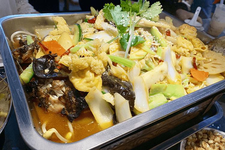 口味非常四川的一家烤肉店,除了秘制烤鱼还有特色川菜