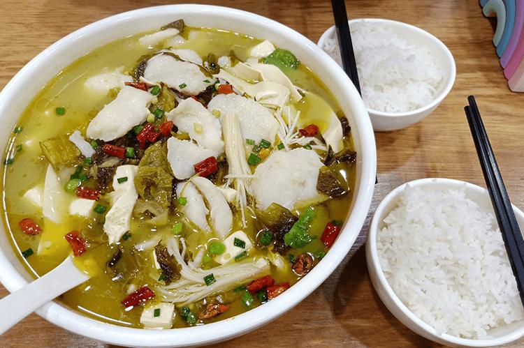 人均30元不到的酸菜鱼,三种口味和多种配菜任选