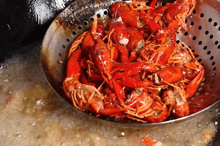 零失败的蒜蓉小龙虾做法,掌握这包料就掌握了核心秘诀!第二步