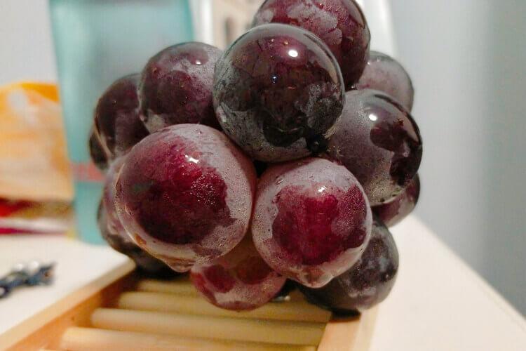 我买了一大串葡萄放在家里面,突然想问葡萄属不属于果实呢?
