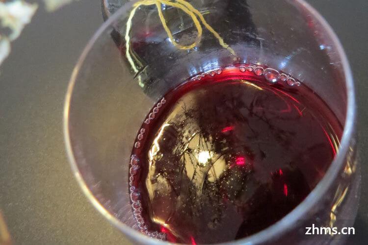 打算买一点葡萄酒带回家送给朋友,葡萄酒怎么挑选呢?
