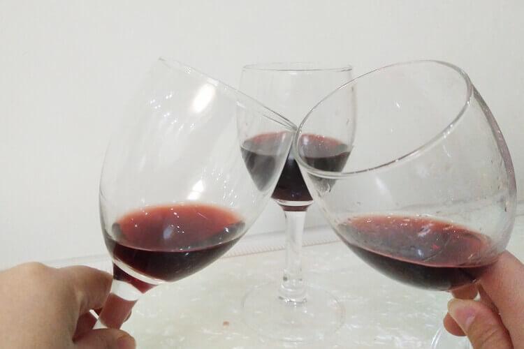 葡萄酒还有红酒是很多朋友喜欢喝的,葡萄酒和红酒有什么区别呀?