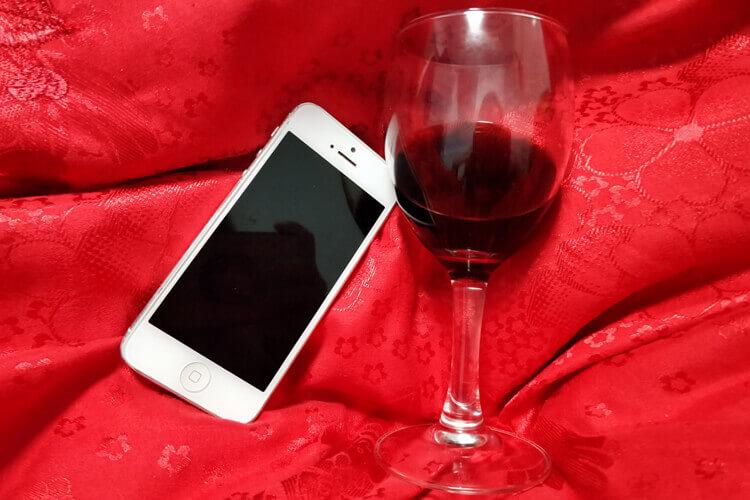 家里有一些红酒和葡萄酒,朋友来了却不知道是什么酒,请问红酒葡萄酒的区别是什么呢?