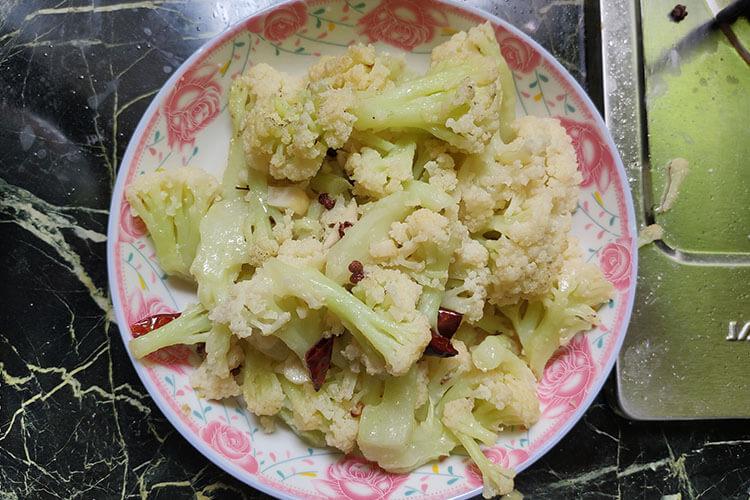 不容小看的清炒菜花,加两根辣椒就能让它更好吃!