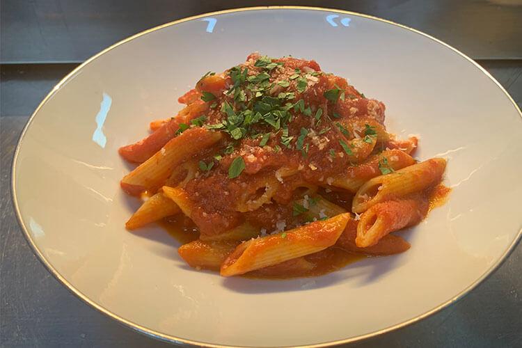 超简单番茄意大利面只要10分钟就能做好,味道和摆盘一点不输西餐厅
