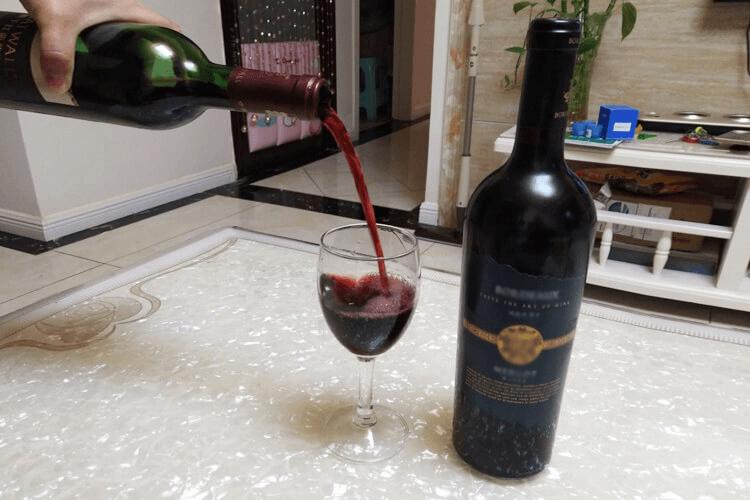 超市买红酒怎么挑选呢?红酒的品种特别的多