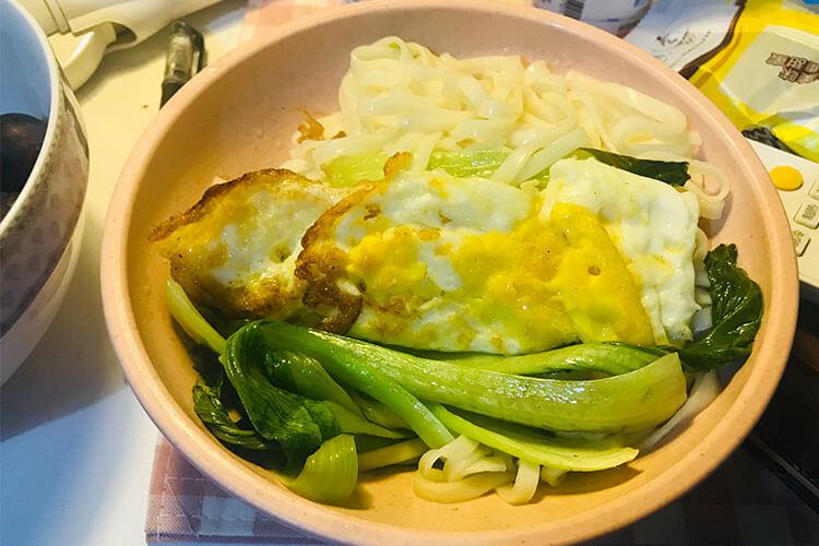 一个人不想做饭?试试青菜鸡蛋面吧!