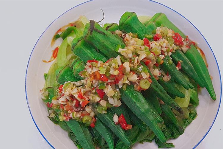 用鮮椒涼拌秋葵,保證一粒蒜和辣椒都不得浪費
