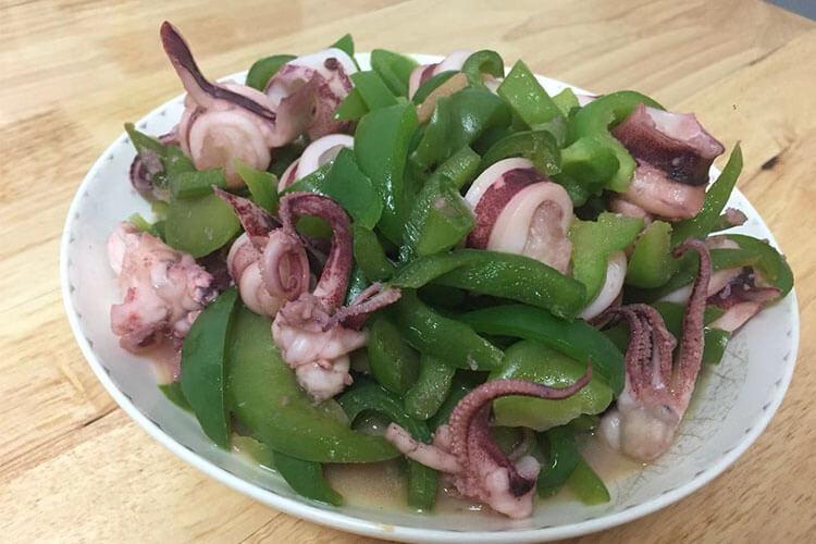 用青椒炒鱿鱼家常又好吃,鲜味和香味超浓!