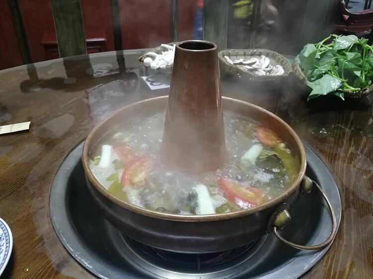 去青城山必吃的铜火锅、土鸡,山珍铜锅土鸡馆,你要的都能有