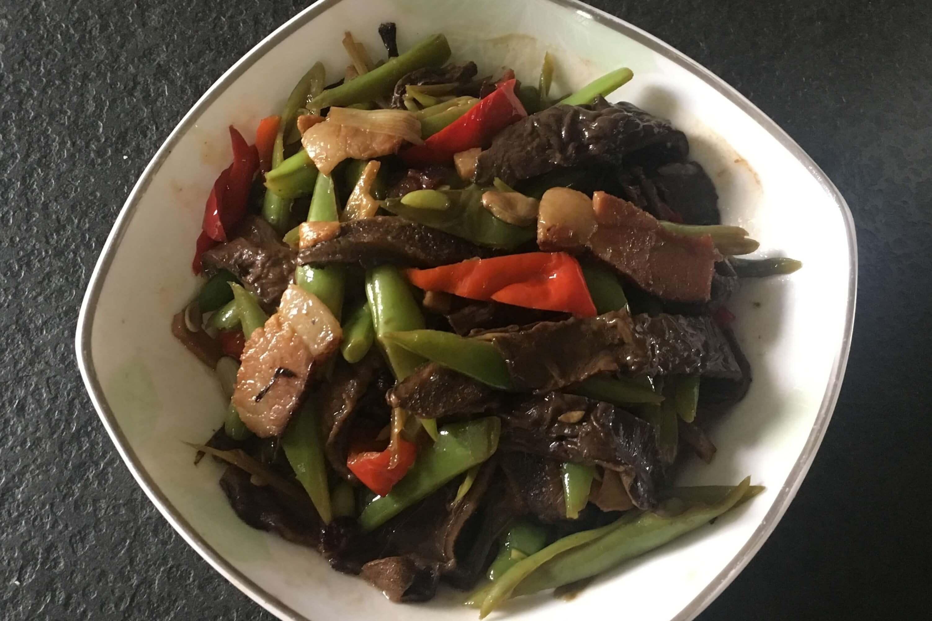 这样炒腊肉既解油腻又营养美味!