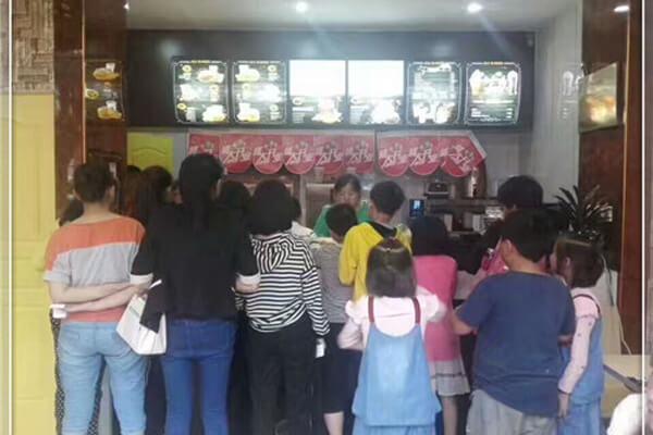 【汉堡店排行榜】云南红河李女士选择专业品牌,远程合作赶假期开业!