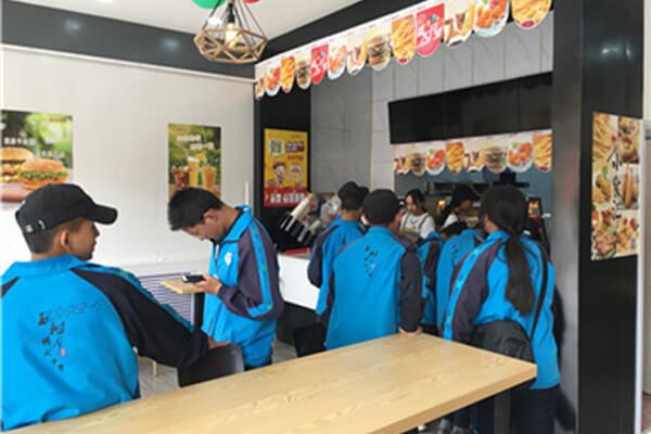 【汉堡店加盟】西安侯先生合作选择快乐星汉堡,总部考察之旅十分满意!