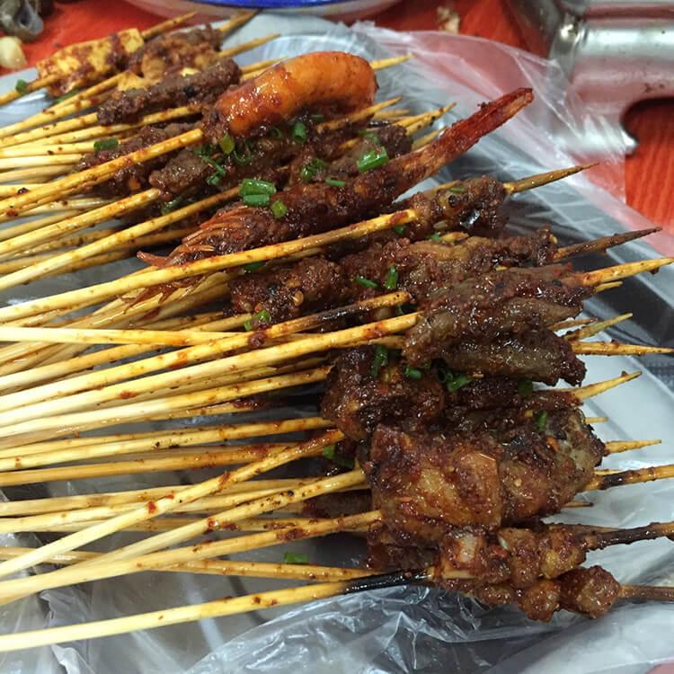 炭火烧烤,每一串肉都烤得焦香入味,还有山椒口味的田螺,嗦得你停不下来