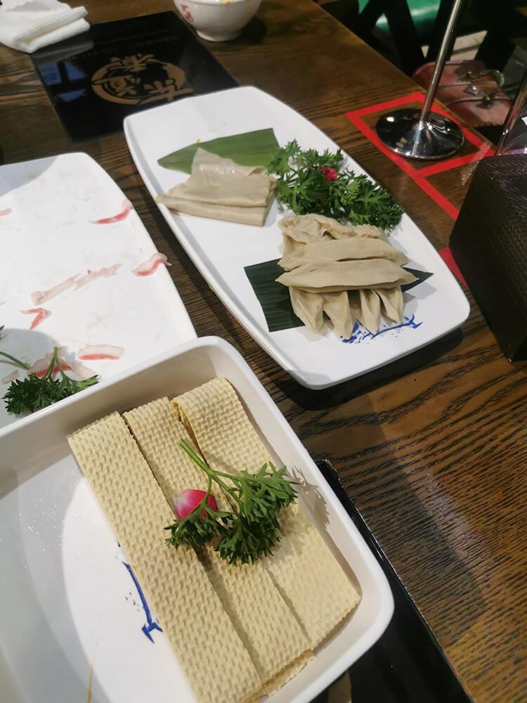 """服务媲美海底捞的""""东道煮"""",装修古香古色,火锅底味浓郁,服务随叫随到"""