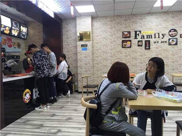 【汉堡店加盟】天津吴先生自己创业,选择开一家火一家的快乐星汉堡店!