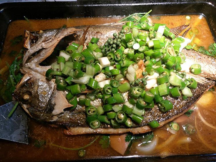 铺满双色鲜椒的烤鱼,鱼肉又嫩又滑,麻辣鲜香诱人无比!