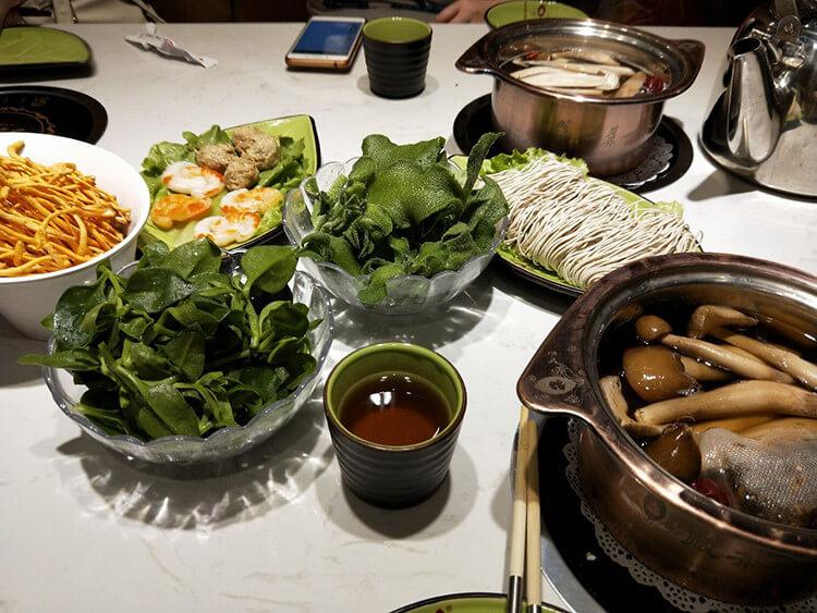 简阳有家文艺养生的火锅店,虾仁贡丸都是面粉做的