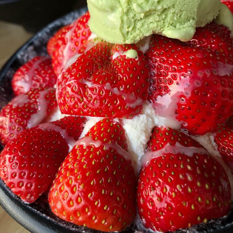 一家学生党吃到毕业还要再回顾的冰店,水果冰上面草莓能铺满!