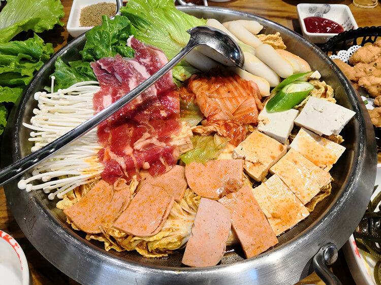 泡菜火锅和韩式烤肉两手抓的一家店,年糕都是满满的蛋黄馅,牛肉则是现切现肉