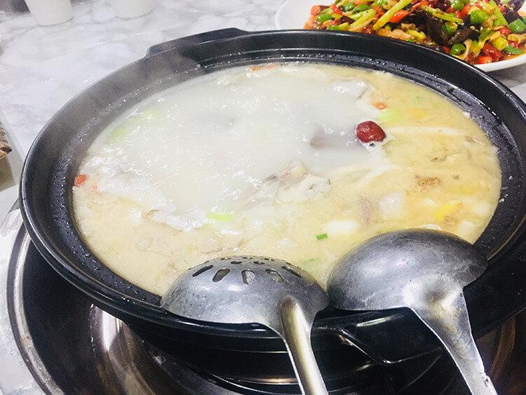 虽然羊肉汤再也不是当年二块五就能吃一碗的价格了,但是冬至一来还是要奢侈一盘的