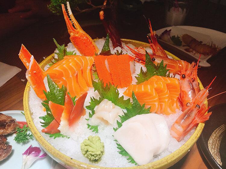各种高级海鲜刺身只要300元就能随便吃,还能畅享几十种日料
