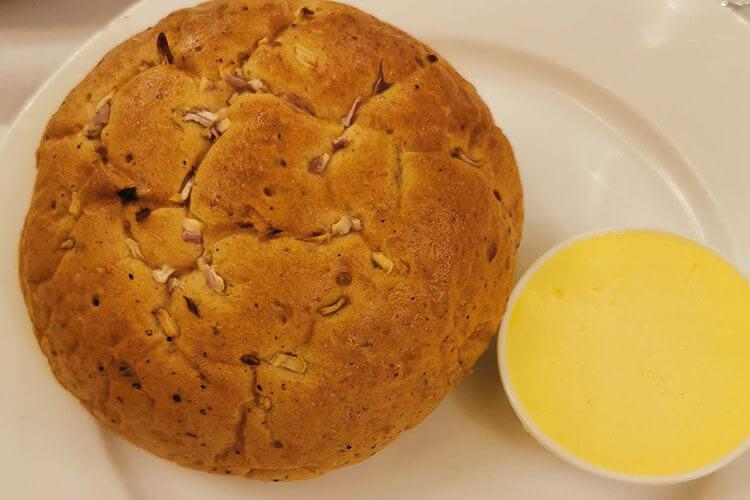 我打算做點煎面包來吃,用黃油煎面包片用抹蛋液嗎?