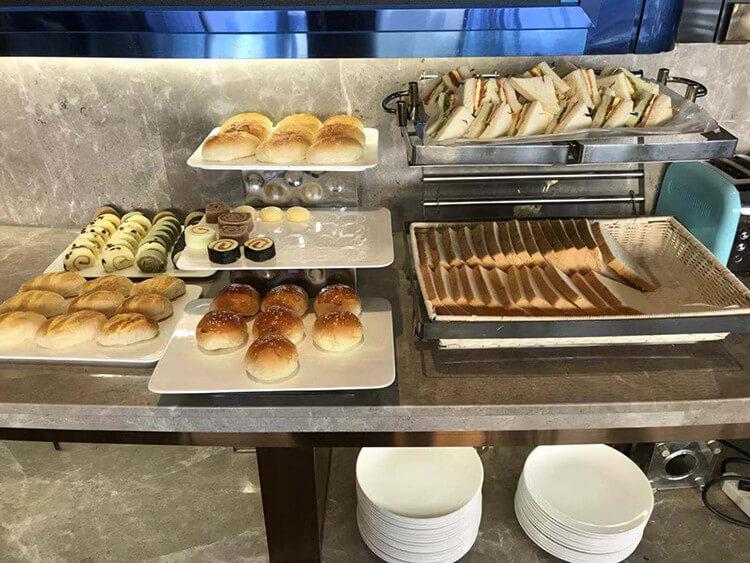 粵海酒店29層的這家旋轉餐廳,是喝下午茶最佳的地方之一