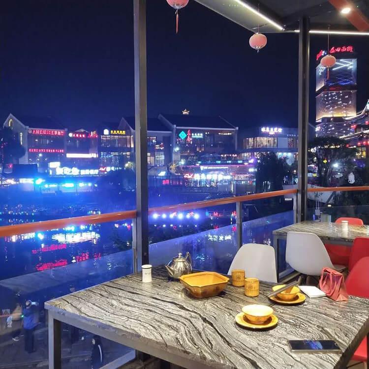 西街上风景超好的一家餐厅,窗外就是美丽的喷泉,美食和美景都能得到