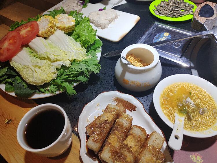 酸辣开胃的金汤酸菜鱼,饭前来一碗鱼汤加一勺炒米,香味令人回味无穷