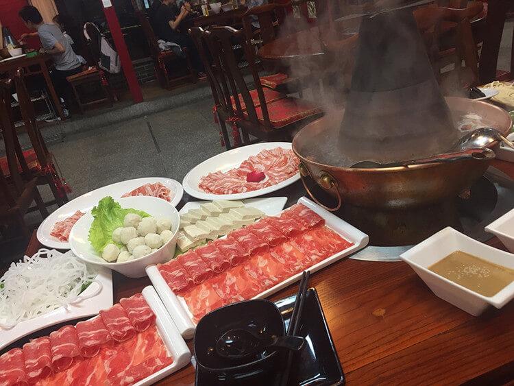 一家能吃到地道老北京涮羊肉的店:炭火铜锅鲜羊肉一次上齐