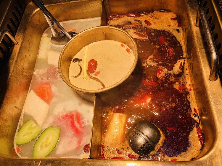 超正宗的川渝火锅,牛油锅底香辣味十分厚重,涮肉非常好吃