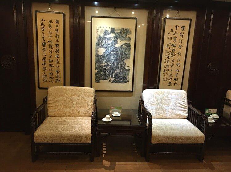 装修很有中式古典韵味的火锅店,专门为聚会开设了很多包厢,锅底也是一人一个