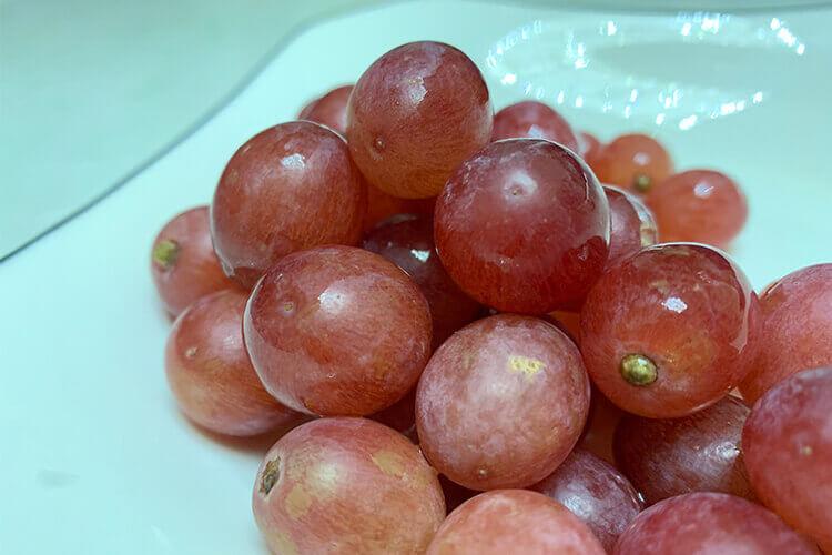 昨晚买了一串葡萄,请问怎么把提子洗干净?