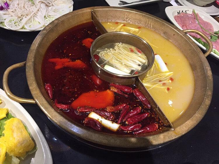 免費吃水果和扎啤,看變臉表演還能收到小禮物的火鍋店,川蜀文化的熏陶不止在鍋底!