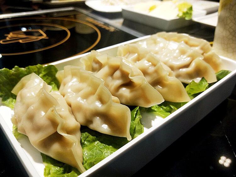 """一口鍋兩種吃法,中間用來烤肉的""""鴛鴦鍋""""我也是第一次見!"""